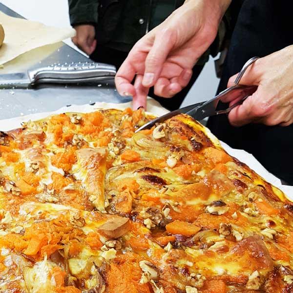 Cesca al taller de primavera de pizzes